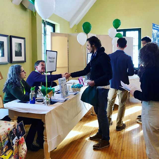 Making connections at @slc_careerservices' Spring Career and Internship Fair. (📸: Kansas Gibler '22) • • • #careerfair #internshipfair #career #internship #makingconnections #opportunityknocks #careerservices #college #sarahlawrence #sarahlawrencecollege